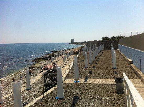 Мольфетта, Италия: Spiaggia con vista a Torre Calderina