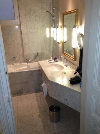 Hotel Westminster: Our Bathroom