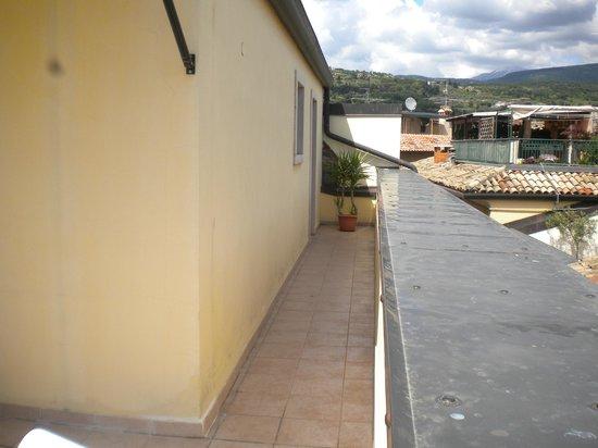 Hotel Roma: Narrow walkway to the terrace