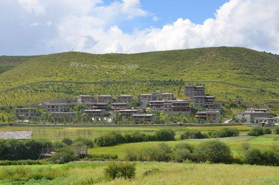 Songtsam Linka Shangri-la: View of hotel grounds