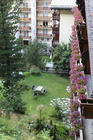 Jaegerhof Hotel & Apartements : Die Balkons des Hotels Jägerhof und kleine Wiese neben dem Hotel