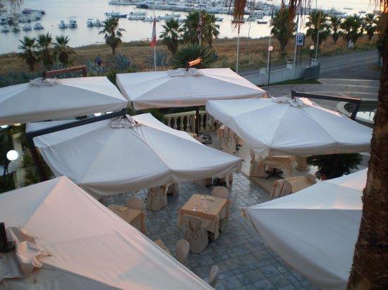Hotel Mediterraneo : vista dalla camera panoramic del ristorante dell'hotel e del porto