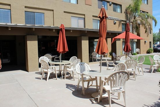 Best Western Plus Tempe By The Mall : Outdoor Dining Romm and Swimmingpool seat