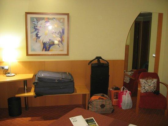 Silken Luis de Leon: Gálan amplio lugar para colocar las maletas..etc
