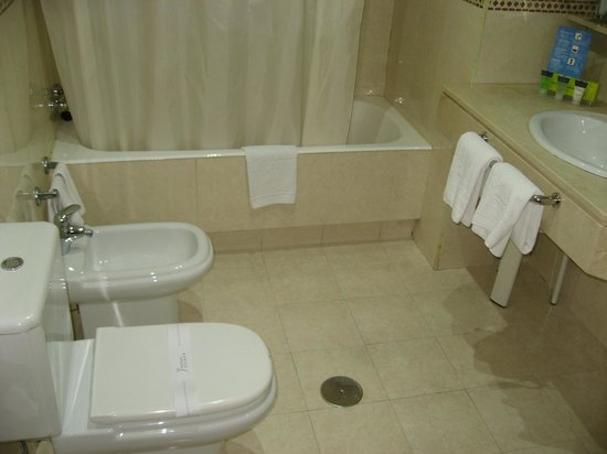 Silken Luis de Leon: baño amplio y muy limpio.