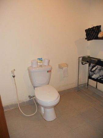 Kuta Station Hotel: toilet