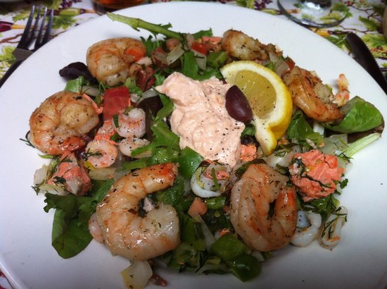 Theo's Restaurant: Seafood Salata with prawns added..Yum!