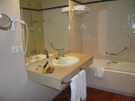 Parador Santo Domingo Bernardo de la Fresneda : salle de bains