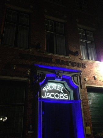 Jacobs Hotel: Front door - Open's at any hour with your room key.