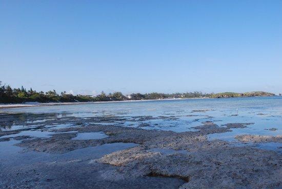 Blue Bay Village: Bassa marea