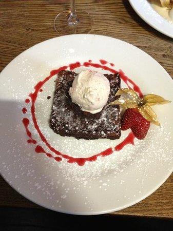The Lamb Inn Restaurant: Chocolate brownie and raspberry ice cream