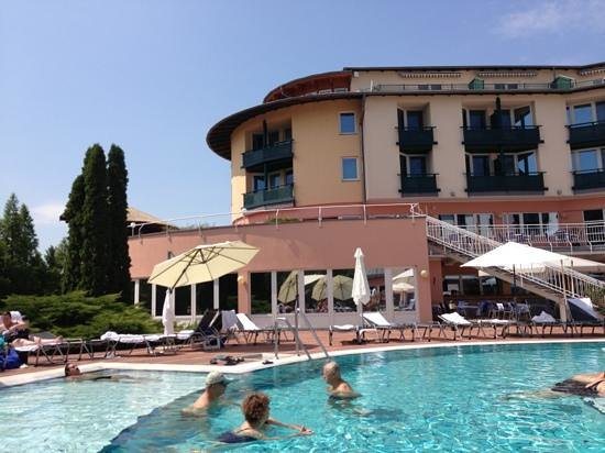 Lotus Therme Hotel & Spa : piscina esterna e hotel