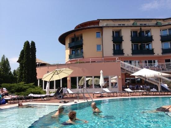 Lotus Therme Hotel & Spa: piscina esterna e hotel