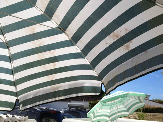 Residence le Mail Plage : parasol  tres sale
