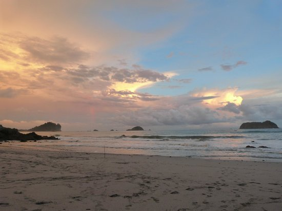 Arenas del Mar Beachfront & Rainforest Resort: beach at sunset
