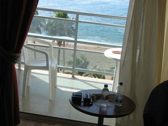Reina Isabel Hotel: Das Fenster zum Balkon