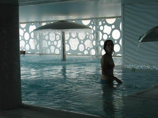 Reina Isabel Hotel: Pool mit Dusche
