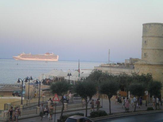 Europa Hotel: Tocky Beack with view of Dragonara Point and Sliema Ferries