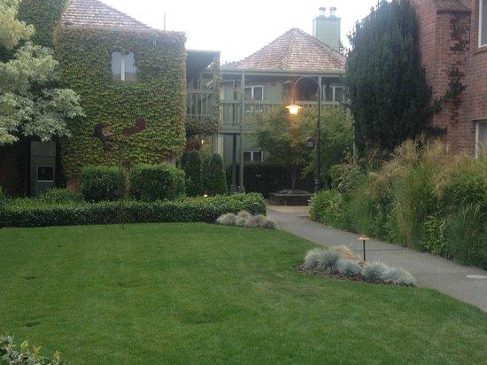 Vintage Inn - Interior Courtyard - Aug2013