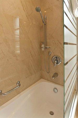 Gold Hotel Budapest: Bathroom