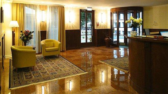 Gold Hotel Budapest: Hall