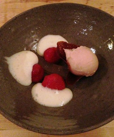 Restaurant Eendracht: Kombucha jelly, pickled strawberries with olive oil and pepper, rhubarb sorbet