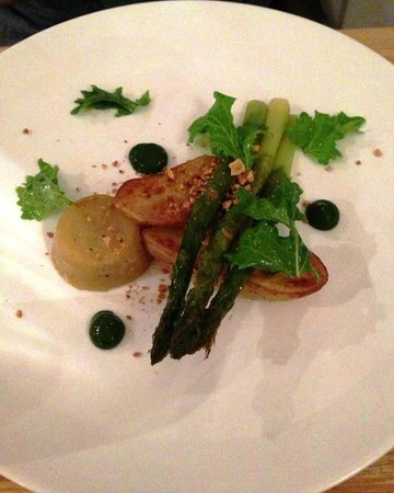 Restaurant Eendracht: Brilliant white aspargus tofu with pea mousse, potatoes and aspargus