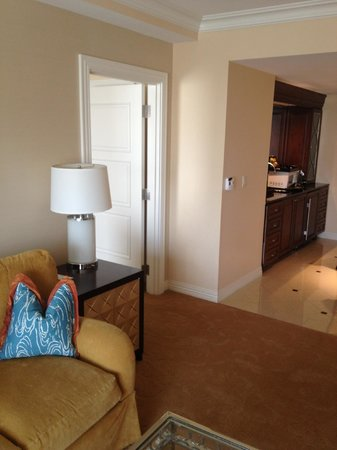 Waldorf Astoria Orlando: Living room/dining area-door to 2 queen bedroom