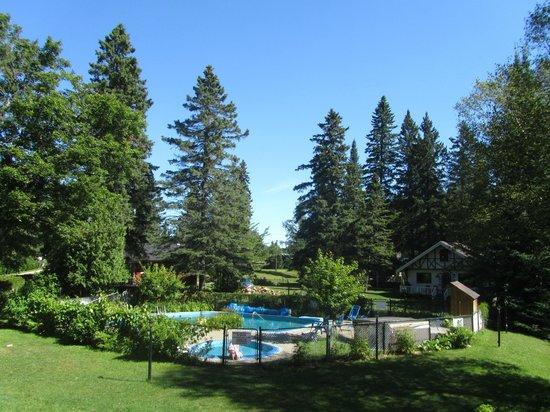 Chalets Le Village Suisse: piscine