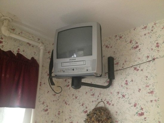 Glen Oaks Inn: Ancient TV