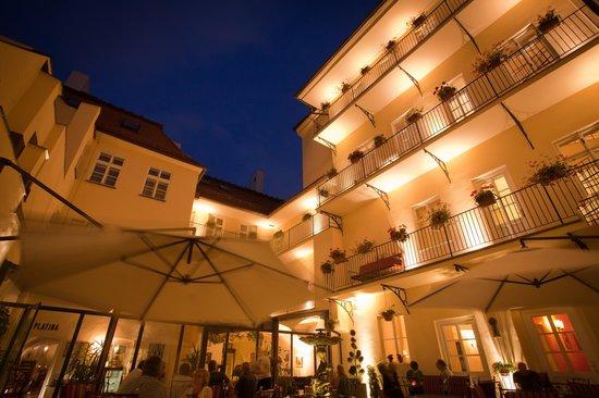 Hotel Leonardo Prague: Summer Fountain Courtyard