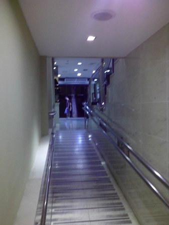 Hotel Medium Prisma: corridoio per la reception