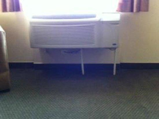 Hotel Antaris Galerias: aire acondicionado ruidos y con soportes de palo de escoba