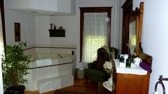 The Tritsch House : Bathroom with jacuzzi tub in the Gessel Room