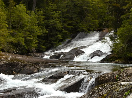 Turisur Navegando la Patagonia: Cascada de los Cantaros