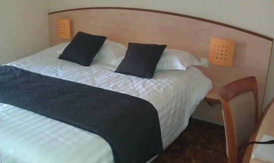 Hotel l'Eskemm : grand lit