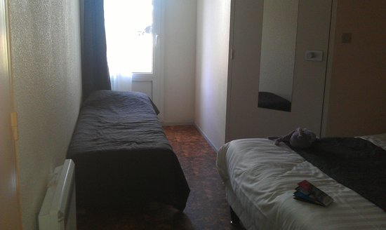 Hotel l'Eskemm : Porte-fenêtre avec accès sur extérieur super pour le chien, lit 1 place de notre puce