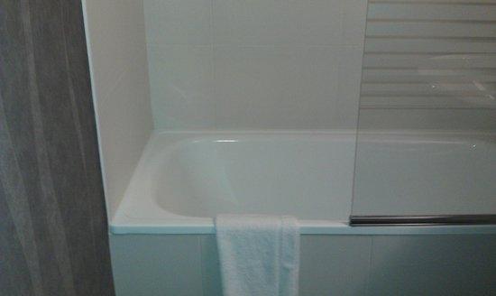 Hotel l'Eskemm: Baignoire avec pare douche très fonctionnel