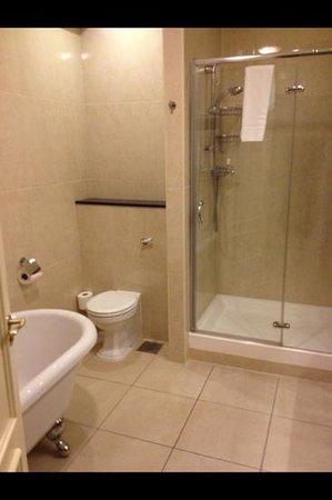The Heritage Killenard: Bathroom