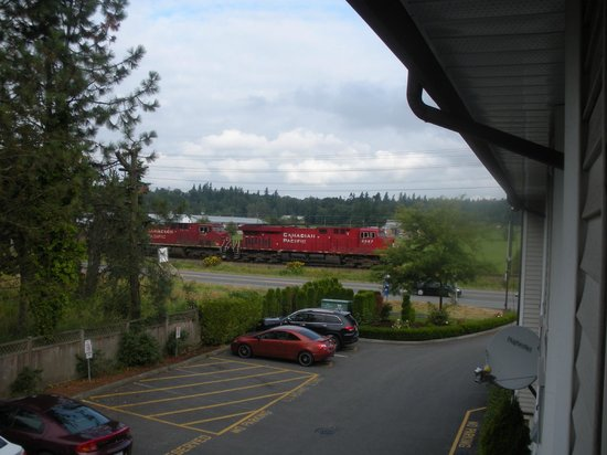 Canadas Best Value Inn : View from our second floor room. Choo choo!!!