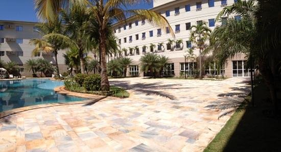 Comfort Suites Flamboyant : Visao da piscina e quartos