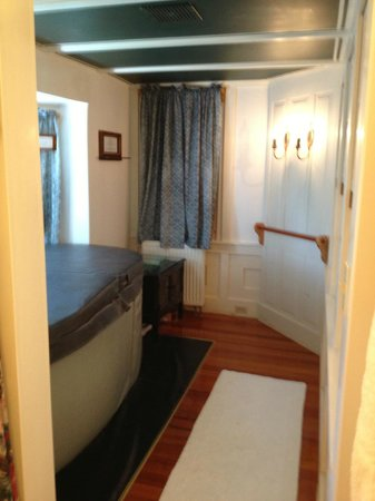 The Tolland Inn: Bathroom