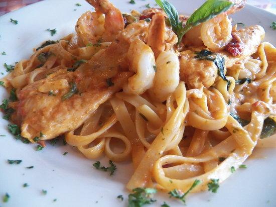 Papa Giorgio's Family Italian Restaurant: Chickin and Shrimp Fettucine Florentine with Rosa Sauce