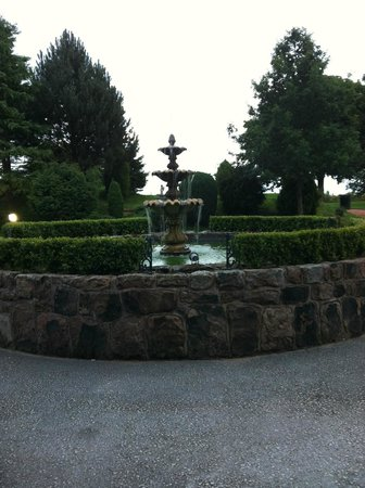 Whiston Hall Hotel and Golf Club: beautiful fountain