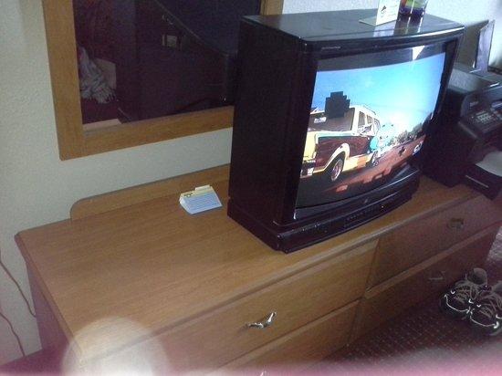 Days Inn by Wyndham Charleston East: old tv that has reception issue