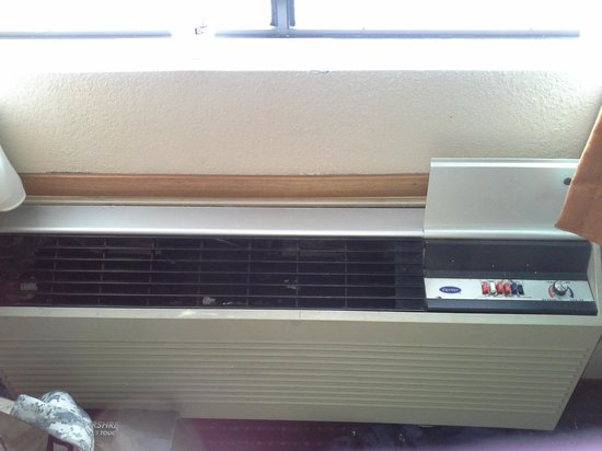 Days Inn Charleston East: outdated smelly air conditioner