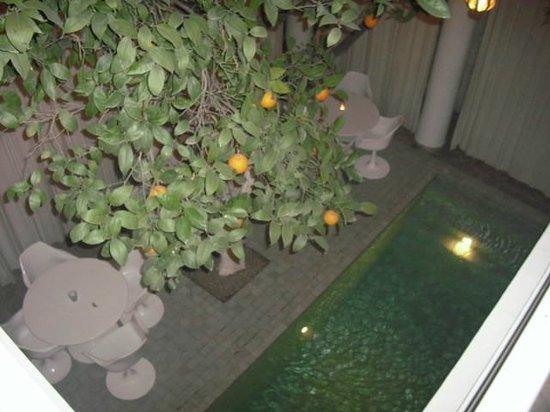 Hotel du Tresor: Ein Blick auf den Pool und eine Teil des Innenhofs