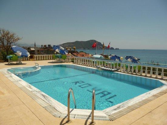 Hotel Royal Alanya: Hotel Royal pool area and view of sea