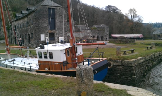 Saltash, UK: Boat in the dock in front of the Edgecumbe.
