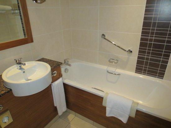 Crowne Plaza Hotel Dundalk: Bathroom had seperate shower and bath
